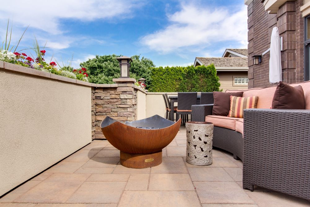 outdoor living space with a fire pit to be use as a heating source for the cols day