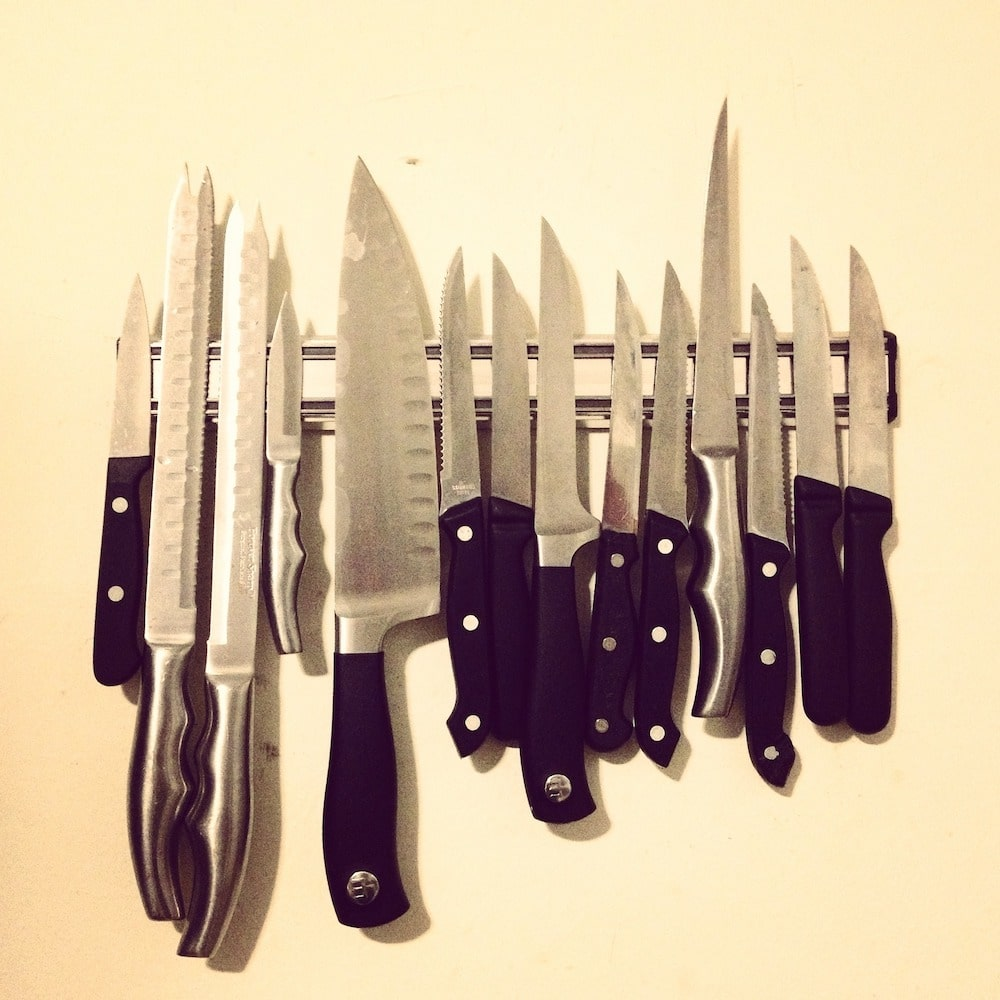 wall mount magnetic device holding different size knives